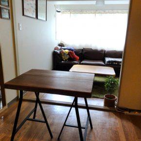 家具:天然木の机/IKEAのテーブル脚にのせて