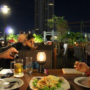夕暮れを楽しむレストラン New Siam Riverside