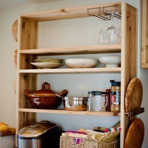 kitchen裏のむく杉板食器棚、お盆・蒸篭・ワイングラス取り付けオプション有り。